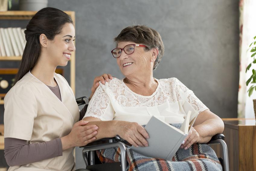jak rozmawiać z osobą starszą aby zostać zrozumianym